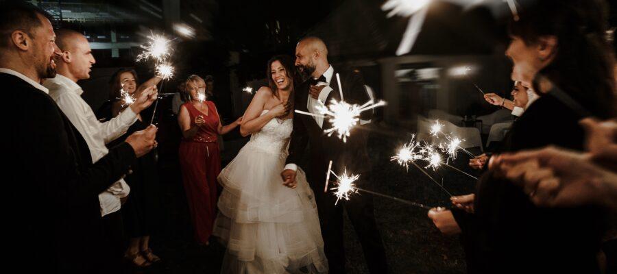 Naturalny Fotoreportaż ślubny w warszawie - kameralne przyjęcie w ogrodzie - Para Młoda w blasku zimnych ogni